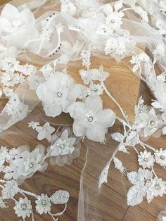 Lujo 3D Beaed blondas en Off blanco tela de encaje festoneado