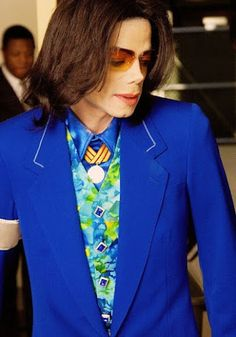 Michael Jackson MJ Love the outfit! That man knew how to dress to the nines! Michael Jackson Wallpaper, Michael Jackson Pics, Michael Jackson House, Jackson Family, Jackson 5, Paris Jackson, Elvis Presley, Funeral, King Of Music