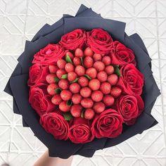 Candy Bouquet Diy, Valentine Bouquet, Rose Bouquet, Valentines, Candy Theme Cake, Edible Bouquets, Fruit Decorations, Strawberry Fruit, Luxury Flowers