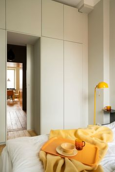 White and yellow interior design ideas: White & yellow kitchens, yellow bathrooms, white & yellow dining rooms, yellow bedrooms, and yellow furniture ideas! Yellow Home Decor, Yellow Interior, Modern Interior Design, Interior Architecture, Yellow Storage, Living Place, Tiny Living, Living Rooms, Exterior House Colors