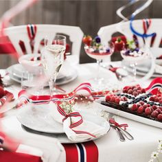Slik får du et flott bord Aesthetic Room Decor, Holidays And Events, Norway, Table Settings, Food And Drink, Champagne, Table Decorations, Interior, Party