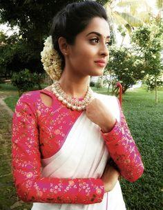 45 Latest Plain saree with Designer Blouse Ideas Kalamkari Blouse Designs, Kerala Saree Blouse Designs, Sari Blouse, Long Blouse, Blouse Patterns, Blouse Designs High Neck, Set Saree, Plain Saree, Saree Styles