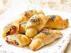 Täytetyt sarvet Hot Dog Buns, Hot Dogs, Appetizer Recipes, Appetizers, Bagel, Potatoes, Yummy Food, Bread, Baking