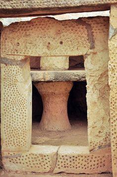 https://flic.kr/p/fjjCbu   Hagar Qim & Mnajdra Hagar Qim Neolithic Temple y Mnajdra Neolithic Temples (Malta)   Hagar Qim (en maltés Ħaġar Qim) es un templo megalítico de Malta que data del período Ġgantija (entre 3600 y 3200 a. C.).1 Se encuentra en la cima de una colina en el sur de la isla de Malta y a 2 km al suroeste del poblado de Qrendi. A 500 m se encuentra el sitio de Mnajdra. La zona aledaña ha sido declarada Parque Patrimonial. En 1992, la Unesco declaró Hagar Qim Patrimonio de…