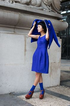 olivemylove: Street style by The Sartorialist Scott Schuman murdered the Streetstyle game. The Sartorialist, Style Bleu, My Style, Blue Fashion, Womens Fashion, Fashion Trends, Paris Fashion, Street Style Chic, Blue Dresses