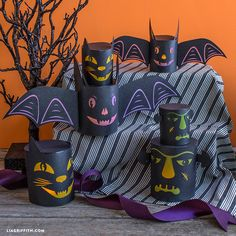 These DIY Halloween lanterns are frighteningly fun! It's never too early to get into the Halloween spirit… Craft a few of these lanterns today! Diy Halloween, Halloween Party Decor, Spirit Halloween, Holidays Halloween, Halloween Themes, Scary Decorations, Easy Halloween Decorations, Costume Dinosaure, Box Creative