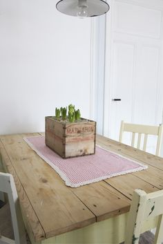 Make fabric table runner with crocheted edge