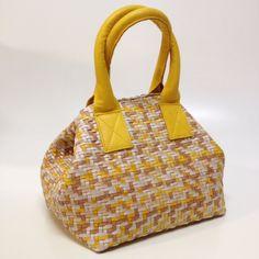 Bolsa feminina confeccionada artesanalmente em couro tressê. Possui forro de tecido e dois bolsos internos para objetos, sendo um deles com zíper. Alças de couro em formato tubular e estofadas.