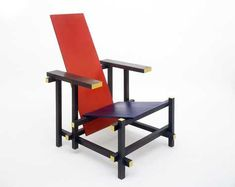 Gerrit Rietveld designed this chair in 1917 with influence from famous century Dutch painter Piet Mondrian. This design is the pioneer of the De Stijl movement. Art Design, Design Blogs, Interior Design, Rietveld Chair, Bauhaus Chair, Bauhaus Textiles, Deco France, Chair Design, Furniture Design