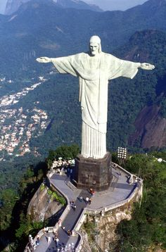 brazil statue | The Art Deco-style Christ Redeemer statue towers atop the Corcovado ...