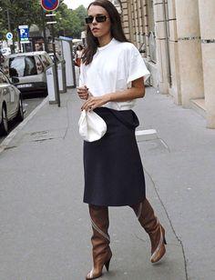 Jupe droite midi bleu marine + bottes hautes à talons marron = le bon mix (bottes Céline - photo Style Heroine)