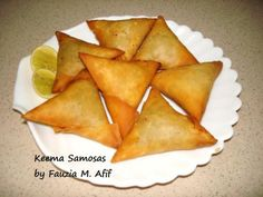 Samosas are a firm favourite of mine. These crispy crunchy fried snacks can be filled with any (dry-ish) filling, my personal preference is this spicy cooked mince meat. How To Fold Samosas, How To Cook Samosa, Indian Snacks, Indian Food Recipes, Beignets, Masala Chips, Beef Samosa Recipe, Empanadas, Tandoori Masala