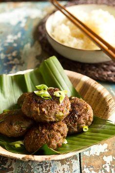 Recept Aziatisch gekruide gehakt burgers. Heerlijke hamburgers op een andere manier gekruid met citroengras, vissaus, chilipoeder en lenteui. Ook voor BBQ.
