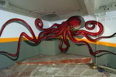 Odeith est un artiste de rue basé au Portugal qui crée d'incroyables oeuvres murales intégrant le sol et l'éclairage ambiant. Ses graffitis sont si réalistes qu'ils donnent l'impression d'être des sculptures flottant dans les airs.Cliquez sur la photo pour voir les œuvres  odeith-graffiti-relief-pieuvre
