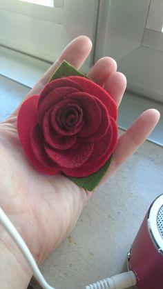 Rose aus dünnen Filzplatten zusammengenäht