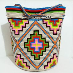 This post was discovered by Taina Peltomäki. Discover (and save!) your own Posts on Unirazi. Tapestry Crochet Patterns, Crochet Purse Patterns, Crochet Purses, Crochet Motif, Knit Crochet, Wiggly Crochet, Mochila Crochet, Tapestry Bag, Native Beadwork