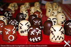 Schokokuss mit Kuvertüre verzieren - schon sind kleine, schnelle Monster für #Halloween fertig.