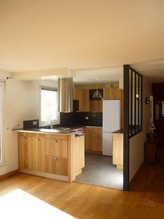 Modification des cloisons pour création d'une cuisine ouverte avec plan bar qui sépare du séjour et verrière sur mesure type atelier côté entrée.