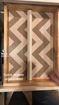 Drawer Spice Rack, Kitchen Spice Racks, Spice Storage, Spice Organization, Garage To Living Space, Kitchen Drawers, Cleaning Hacks, Aromatherapy, Projects To Try