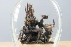 Phra Shiva Maha Thep Trong Ko Nuea Nawa Loha  Amulett des ehrwürdigen Luang Phu Galong, Abt des Wat Kao Laem, vom 25.07.2552 (2009). Luang Phu Galong erschuf das Amulett in einer Kleinserie von nur 999 Stück, jedes Amulett hat eine Seriennummer.