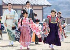 岩手県大船渡市の市立綾里小で、伝統のはかま姿に真新しいランドセルを背負い登校する新1年生たち=1日
