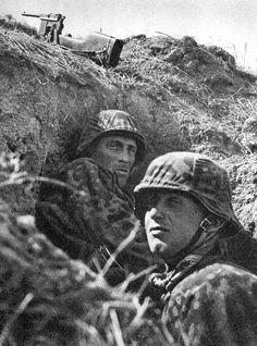 """Adlerangriff: """"Waffen-SS com um Mauser C96 M712 Schnellfeuer com e adicional mas descansando no dique"""""""