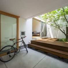 エントランス&中庭: プラスアトリエ一級建築士事務所が手掛けたバルコニー&テラスです。