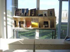 """Mobilier d'exposition éco-conçu """"Less is more_"""" : la malle-bibliothèque (agence béô design) Magazine Rack, Cabinet, Storage, Furniture, Design, Home Decor, Steamer Trunk, Carpentry, Radiation Exposure"""