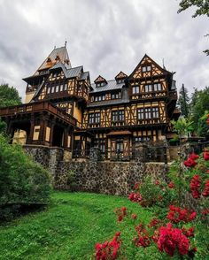 Pelisor Castle Photo b Beautiful Castles, Beautiful Buildings, Beautiful Places, Beautiful Pictures, Ancient Architecture, Amazing Architecture, Romania People, Alpine House, Peles Castle