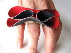 Anello Folds (2009) - Niki Stylianou - Grecia - Realizzato con gomma tagliata a mano, colori acrilici e argento