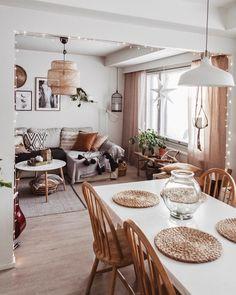 L'image contient peut-être : table, salon et intérieur