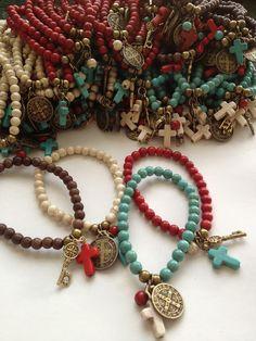 Thats a Lot of bracelets. Bolos y recuerdos para Bautizo y Primera Comunion Boho Jewelry, Jewelry Crafts, Beaded Jewelry, Jewelery, Jewelry Accessories, Handmade Jewelry, Beaded Bracelets, String Bracelets, Charm Bracelets