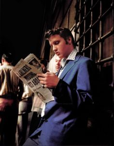♡♥Elvis reads a newspaper♥♡