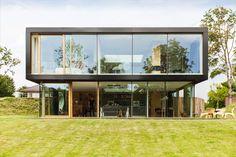 La Villa está situada cerca de Bloemendaal, en el borde de las dunas Kennemer, en Holanda. El hogar sigue un diseño sostenible y minimalista, que respeta al hombre y a la naturaleza por igual, en una exclusiva zona residencial donde la flora y la fauna autóctona se manifiestan plenamente.