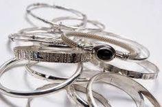 entretenir les bijoux en argentTout d'abord, pour éviter que vos bijoux ne laissentdes marques d'oxydation sur votre peau, appliquez‐leur une ou deux couches de vernis incolore .Nettoyez‐les ensuit...