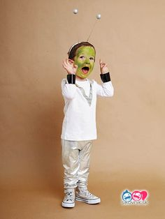 These kids halloween costumes are faster than the lineup at the party store and easier than one of those fancy pumpkin-carving stencils. Kids Space Costume, Alien Halloween Costume, Space Costumes, Kids Costumes Boys, Boy Costumes, Couple Halloween Costumes, Halloween Kids, Alien Costumes, Easy Homemade Halloween Costumes