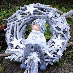 edý věnec z přírodních materiálů, zdobený krásnou figurkou  kluka v kulíšku. Dozdobeno hvězdičkami, dřevěnými ozdobičkami.  Vánoční dekorace na více sezón.  Průměr věnce 25 cm. 15 € Christmas Ideas, Christmas Wreaths, Book Tree, Advent, Garden Sculpture, Outdoor Decor, Noel, Crown Cake, Christmas Swags