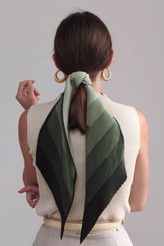 45 ways to style hair scarf, head scarf styles for short hair, how to wear a hair scarf ponytail, head scarf wrapping styles, hair scarf trend 2019 scarf hairstyles for long hair Scrunchies, Vetement Fashion, Elegantes Outfit, Scarf Hairstyles, Nordic Style, Mode Outfits, Looks Style, Mode Inspiration, Fashion Inspiration