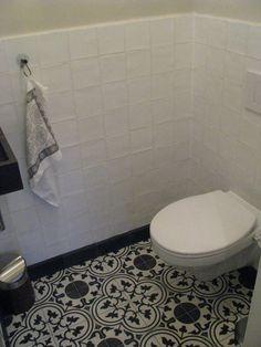 Tegels Limburg - In het toilet is de cement gebonden vloertegel Pattern Mar. gebruikt en een bijpassende plint. Op de wand een handgevormde tegel Villa White en een natuursteen fonteinset van hardsteen. - Tegeldeal.nl