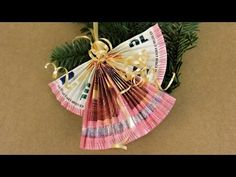 Folding Christmas angels out of banknotes for Christmas presents ❁ Decoration ideas with Flora-Shop Folding Christmas angels from banknotes for Christmas presents ❁ decorating ideas with Flora-Shop Christmas Present Decoration, Recycled Christmas Decorations, Christmas Gift Baskets, Christmas Presents, Christmas Angels, Christmas Ornaments, Best Birthday Gifts, Floral Arrangements, Diy And Crafts