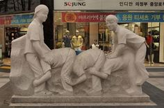 "Bizarre sculpture in Seoul: It looks like they are about halfway from the window and making progress towards the wall. ""The Human Twerkipede"" or ""The Human Fatterpillar""? Bad Quotes, Cute Quotes, Funny Accidents, Best Funny Photos, Dump A Day, Picture Fails, Epic Fail Pictures, Top Funny, Sculptures"