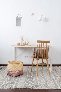 """Si quieres es crear un rinconcito """"cozy"""" en casa para poder teletrabajar, apúntante este modelo. Tiene el formato y altura propios de una mesa de trabajo, pero con acabados muy hogareños.  El sobre de madera y las patas blancas harán que se integre estupendamente con el resto de la decoración de tu estar o dormitorio.  También es perfecto como escritorio en los dormitorios de los más jóvenes de la casa. #escritorio #workspace #rderoom Kids Rugs, Table, Furniture, Amazing, Pink, Home Decor, Windsor Chairs, Work Spaces, White Colors"""
