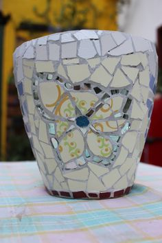 MOSAIC ART. MACETA REALIZADA CON MOSAIQUISMO. Flower pot decorated with mosaic technique by Ricardo Stefani Mosaic Bottles, Mosaic Pots, Flower Pots, Flowers, Clay Pots, Urn, Planters, Garden, Decor