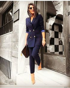 The women's suits are considered as the most appealing outfits for women. They are highly demanded owing to the fact that they provide traditional looks in the most stylish manner. Business Outfit Frau, Business Outfits, Office Outfits, Business Chic, Office Fashion, Work Fashion, Fashion Black, Fashion 2020, 90s Fashion