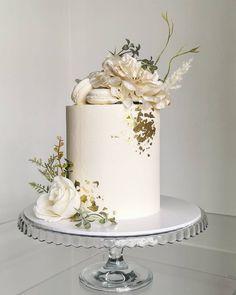 18th Party Ideas, Happy Birthday Dear Friend, Simple Birthday Decorations, Cupcake Cakes, Cupcakes, Fresh Flower Cake, Gold Cake, Floral Cake, Elegant Cakes