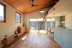 白・黒・グレーを基調とした内にも、木のぬくもりを感じることが出来る内観。 板張りの勾配天井で、空間が広く感じることが出来ます Wood Wallpaper, Wood Ceilings, Track Lighting, Sweet Home, Loft, Ceiling Lights, Flooring, Living Room, Interior Design
