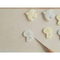 「石塑(せきそ)ねんど」という粘土をご存知ですか?石塑ねんどは、陶器のような質感のアクセサリー作りに向いている粘土。紙粘土のように扱えてるので、家庭で本格的な陶器っぽいグッズをDIYできますよ♪乾くと陶器のようなナチュラルな表面になり、さらに磨くとツヤが出せます。もちろんアクリル絵の具での色づけもOK!クラフトショップや画材店などで販売されており、数百円からの比較的安価な値段で手に入りますよ。 | ページ1                                                                                                                                                                                 もっと見る