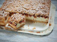 Idealnie kruche ciasto z mąki krupczatki, pianka delikatniejsza niż ptasie mleczko, śliwki węgierki. Przepis na idealne kruche ciasto z pianką i śliwkami.