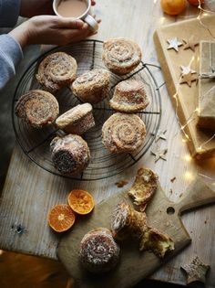 Perfect for the Christmas holidays, this morning bun recipe, livened up with citrus and spice, are a real festive treat. Bun Recipe, Dough Recipe, Jamie Oliver, Sweets Recipes, Bread Recipes, Brunch Recipes, Queen Of Puddings, Morning Bun, Pear And Almond Cake