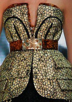 Alexander McQueen Spring/Summer  2013. Para más de moda visita el blog que te asesora como llevar las mejores tendencias.. www.tuguiafashion.com